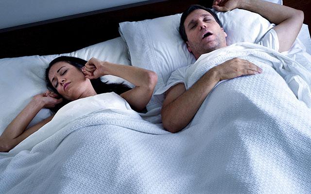 Perchè si russa di notte? Ecco alcuni consigli per smettere di russare.
